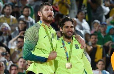 Бразильцы Алисон Черутти и Бруно Оскар Шмидт добывают золотые медали домашних Олимпийских Играх Алисон и Бруно Шмидт