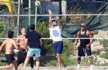Ди Каприо получил волейбольным мячом по лицу. Теперь все над ним смеются волейбол, леонардо ди каприо, мемы, твиттер, изгой, кино, сша