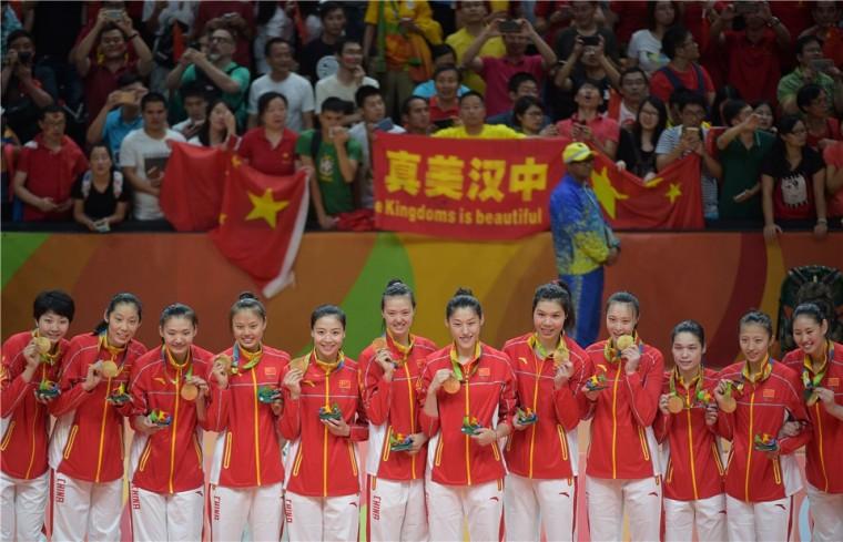Женская сборная Китая добывает золотые медали Олимпиады в Рио