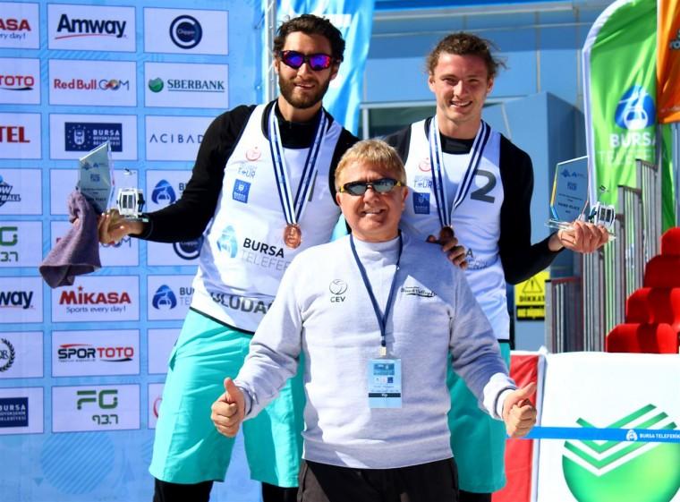 Олександр Iойшер та Владислав Христов Українцi завоювали бронзовi нагороди турнiру з волейболу на снiгу