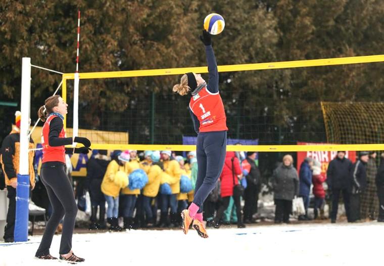 Олена Борисенко та Ольга Довгопол Борисенко\Довгопол перемогли у першому матчі чемпіонату Європи з волейболу на снігу