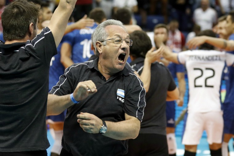 Хулио Веласко Тренер сборной Аргентины показал судье грубый жест