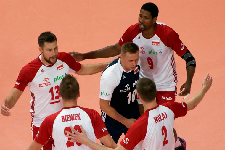 Сборная Польши Поляки не могли вылететь на полуфинал Евро. Им прислали чартер правительства