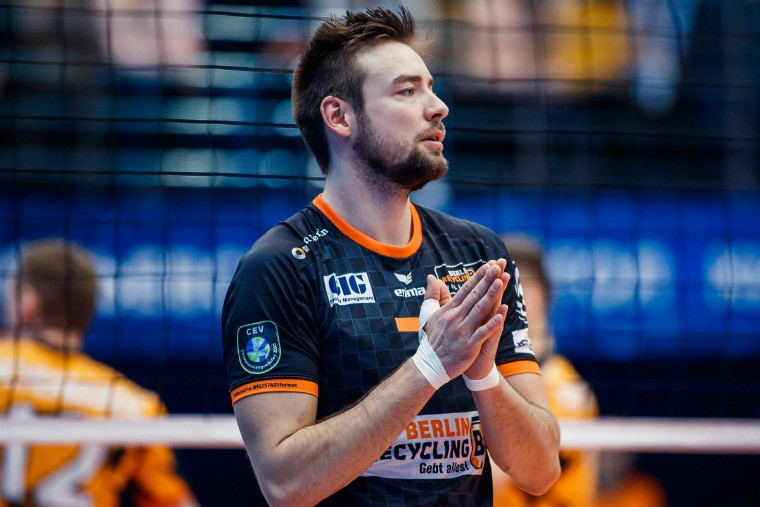 """Георг Кляйн Волейболист """"Берлина"""" завершил карьеру, чтобы стать полицейским. Его прощальный матч будет виртуальным"""