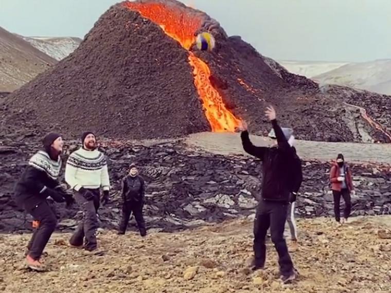Нічого особливого, просто ісландці грають у волейбол біля підніжжя вулкана (ВІДЕО)