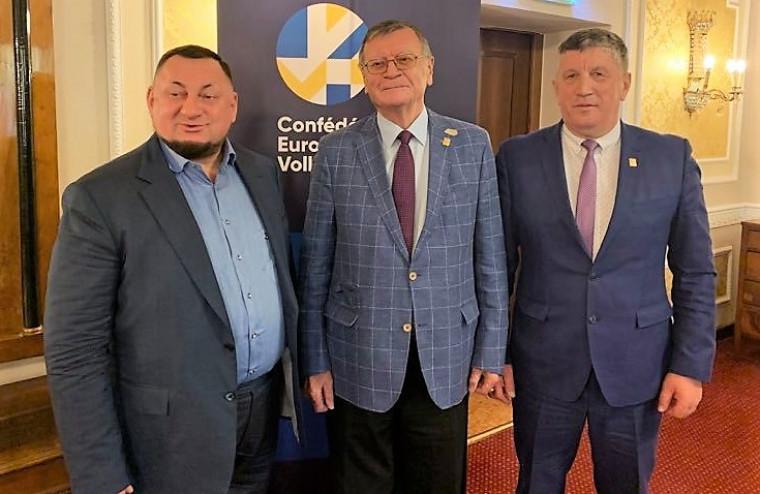 Олександр Герега, Алєксандар Борічіч та Михайло Мельник ФВУ та ЄКВ підписали контракт щодо проведення в Україні чоловічого чемпіонату Європи-2023!